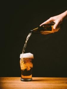 birra versata nel bicchiere