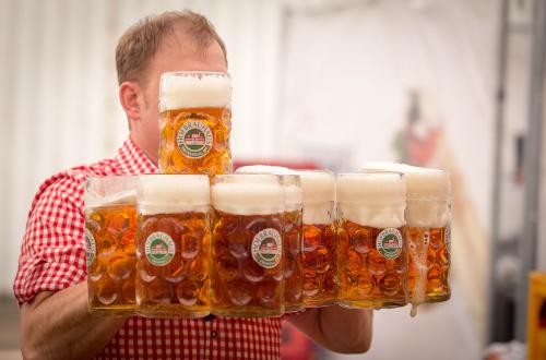 cameriere che porta boccali di birra