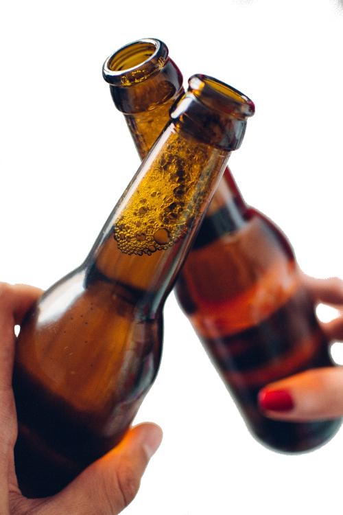 brindisi con bottiglie di birra