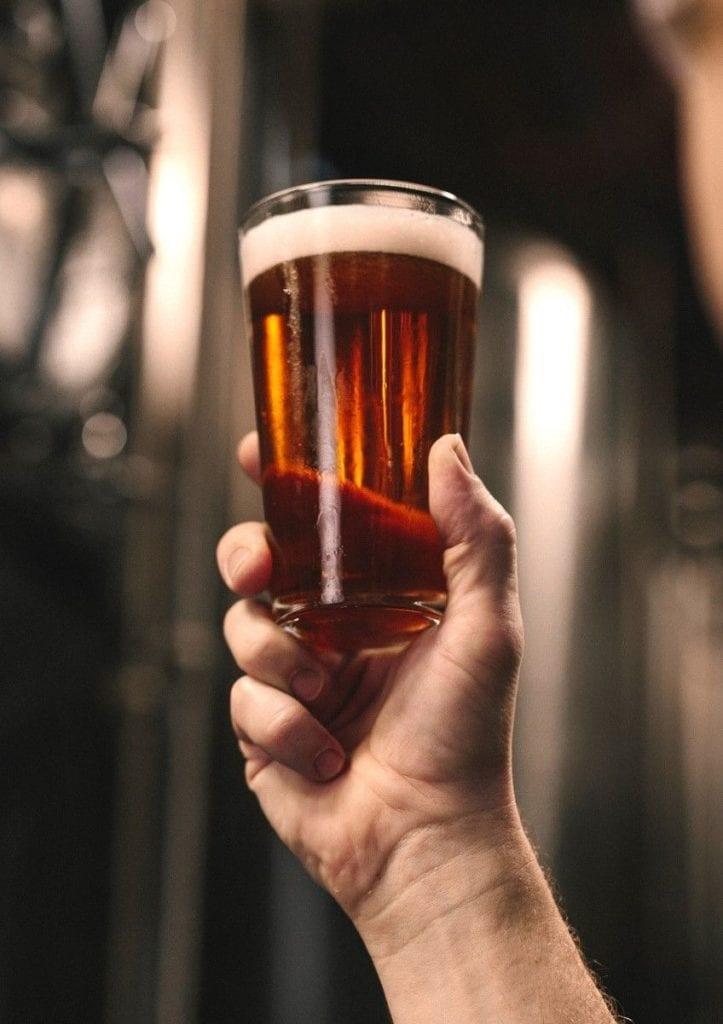 bicchiere di birra in alto