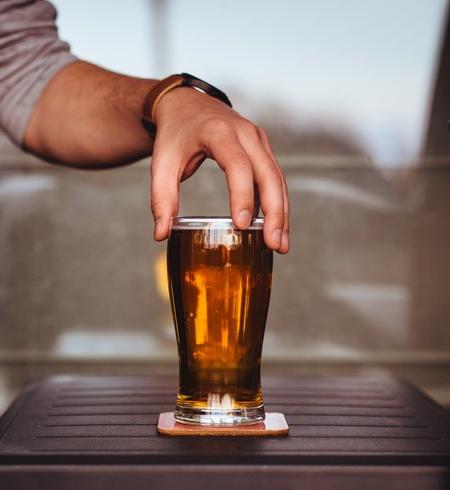 mano su bicchiere di birra