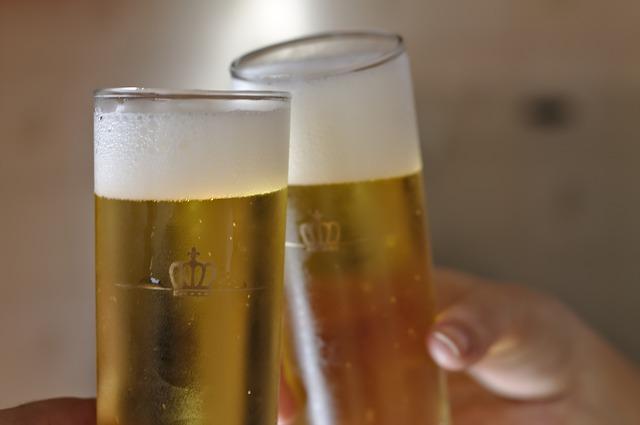 brindisi con due bicchieri