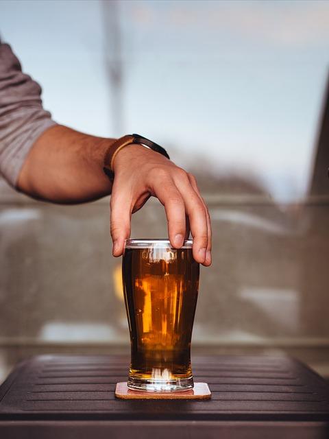 mano che tiene un bicchiere