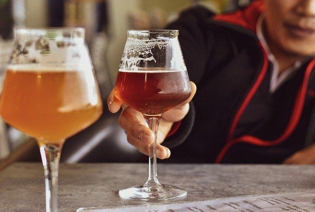 due bicchieri di birra sul tavolo