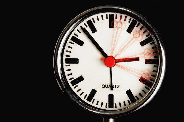 orologio con tempo che passa