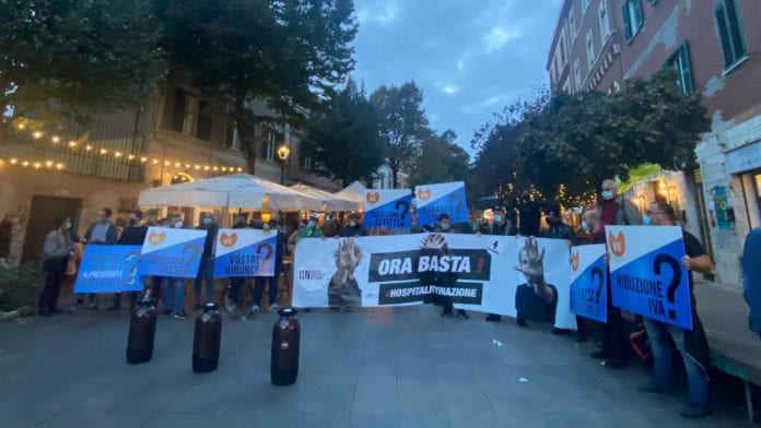 Proteste per i nuovi DPCM. A Roma la birra scaduta finisce per strada!