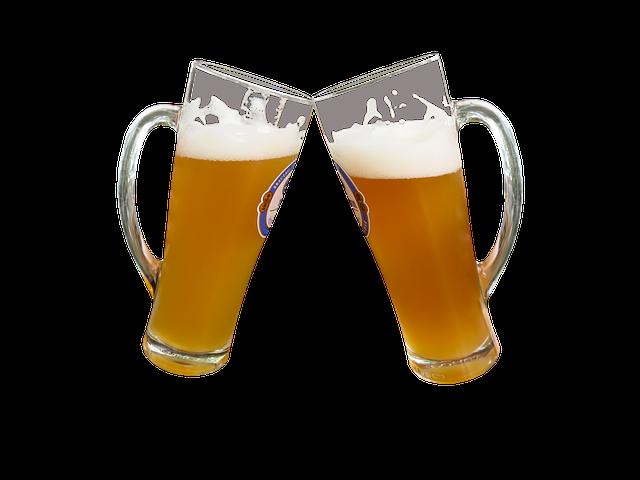 due bicchieri di birra torbida che brindano