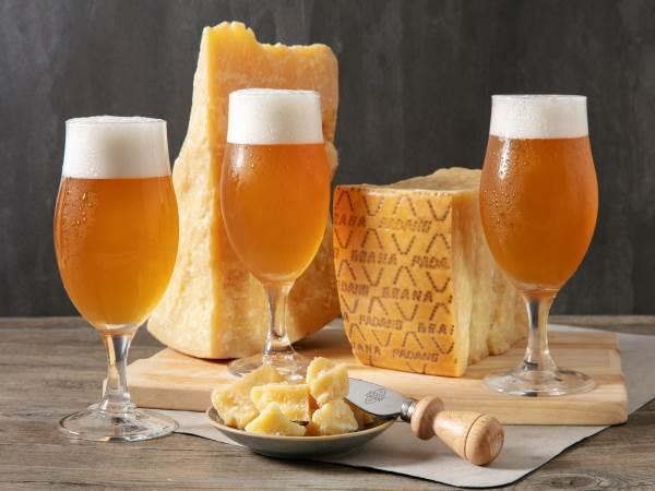 bicchieri con birre e Grana Padano