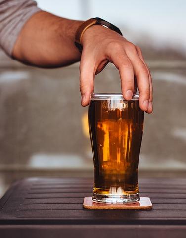 mano con un bicchiere