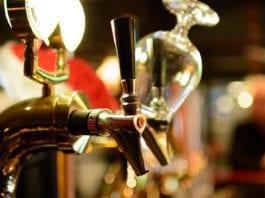 Come servire la birra in casa: I consigli per degustarla buona come al pub!