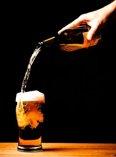 birra versata dalla bottiglia al bicchiere