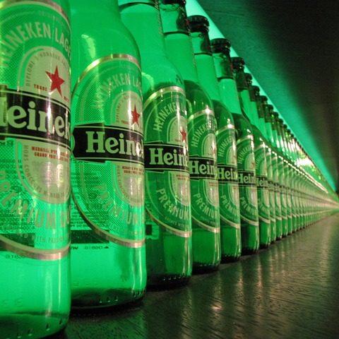 bottiglie allineate Heineken che simboleggiano l'interruzione della produzione causa Covid-19