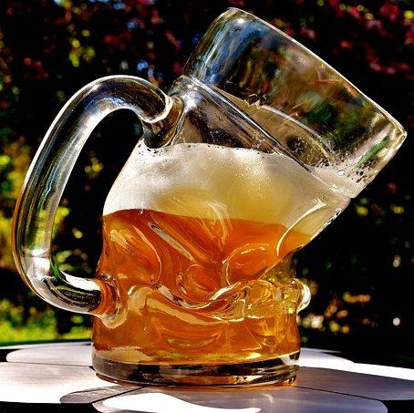 bicchiere di birra distorto