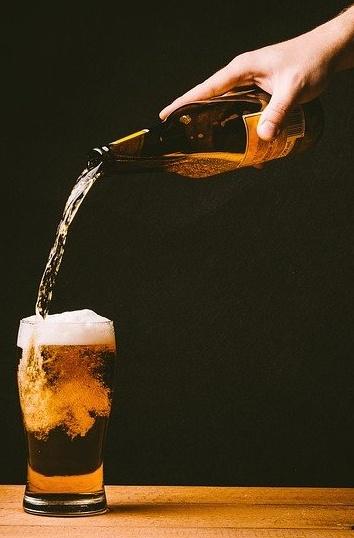 bicchiere di birra riempito