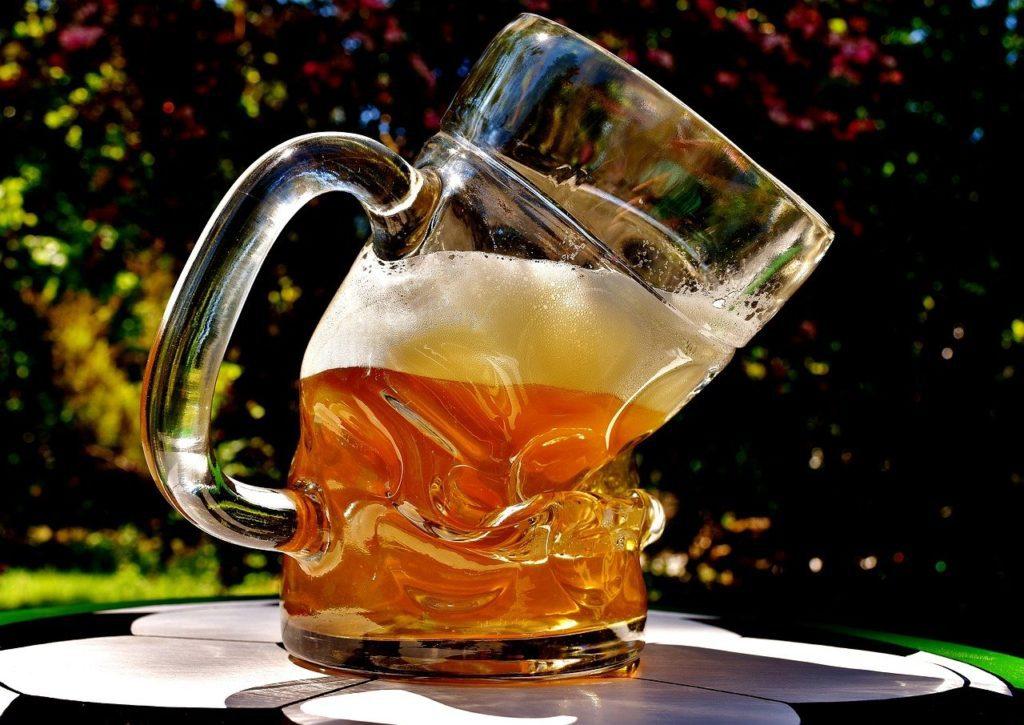 Bicchiere di birra piegato