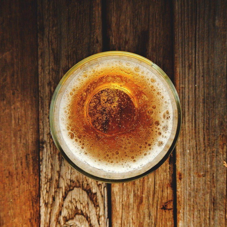 Bicchiere di birra visto dall'alto
